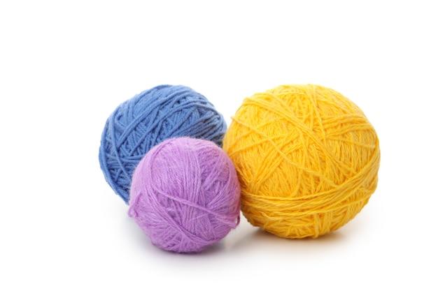 Разноцветные шарики пряжи, изолированные на белом фоне.
