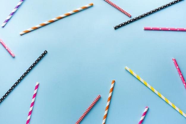 음료 및 칵테일을위한 다색 생분해 성 종이 튜브. 파티, 축하, 생일의 개념. 플랫 레이. 공간 복사
