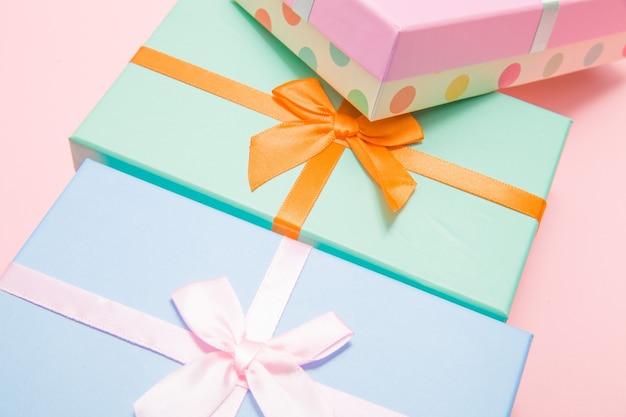 분홍색 배경에 활이 있는 여러 색상 상자