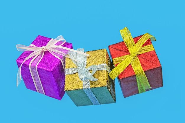 컬러 배경에 멀티 컬러 크리스마스 선물 상자