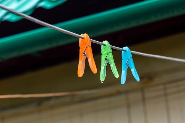 Разноцветные зажимы для стирки белья на стрип-канате на открытом воздухе