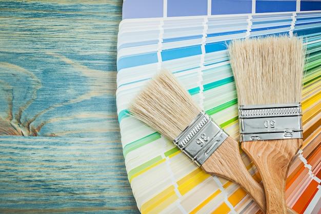 Multi покрашенные кисти цвета образца на концепции конструкции деревянной доски