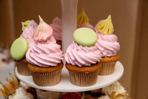 マルチカラーのクリームカップケーキ