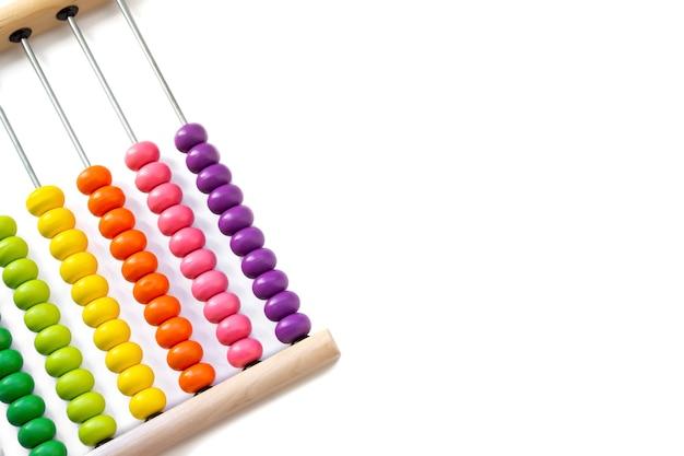 Разноцветный дизайнерский фон. расчет красочные деревянные счеты радуги для расчета числа. закройте вверх по деревянным счетам на белой предпосылке. концепция обучения математике.