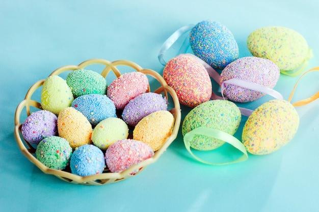 Разноцветные пасхальные яйца в корзине. весенний декор.