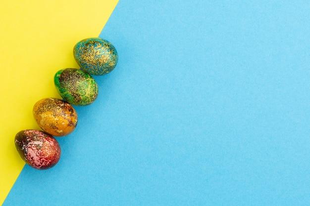 色とりどりのイースターエッグが並んでいます。