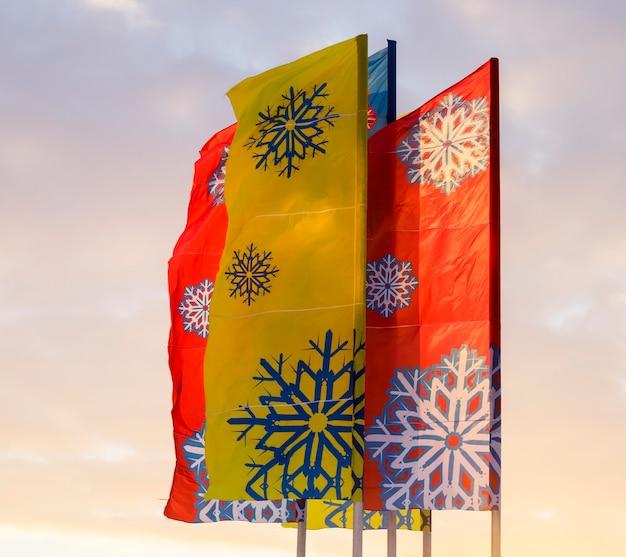 冬には雪片が描かれたマルチカラーの旗。