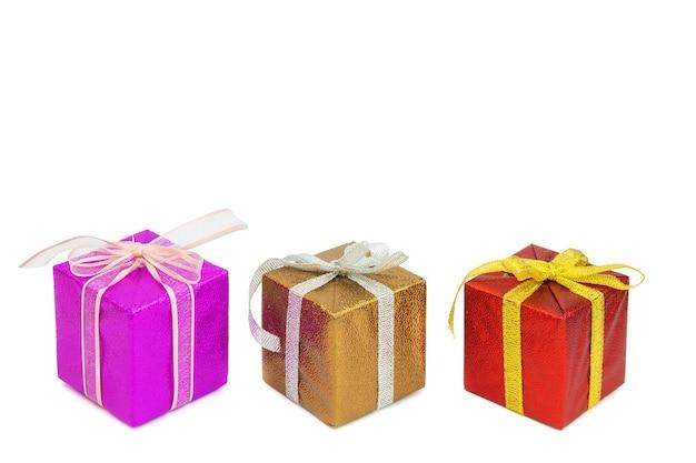 크리스마스 또는 새해 디자인을 위한 활이 있는 다양한 색상의 선물 상자