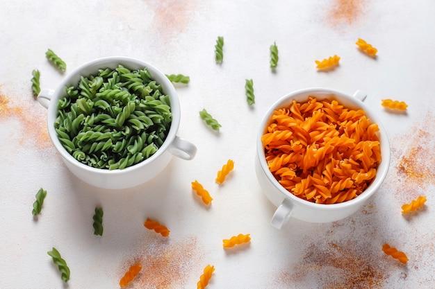 マルチカラーのグルテンフリーの野菜フジッリパスタ。
