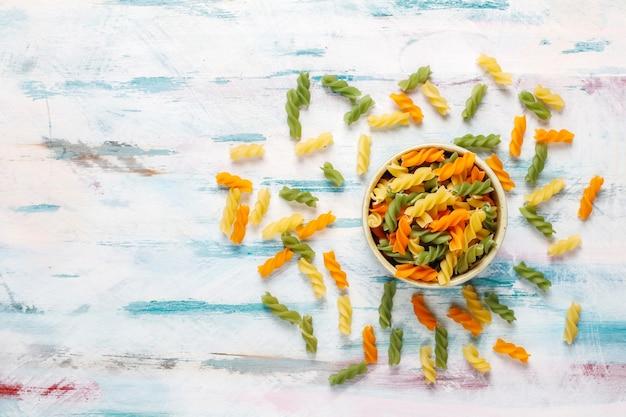 Разноцветная паста фузилли из овощей без глютена.