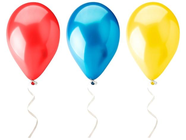 흰색 배경에 멀티 헬륨 풍선 클로즈업. 외딴