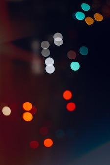 Разноцветные огни на улице в городе ночью