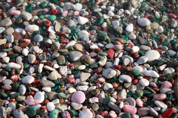Разноцветная галька на пляже адриатического моря. галька фон, текстура.
