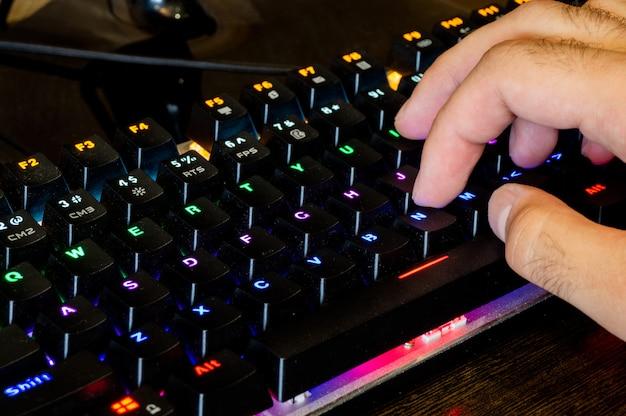 테이블에 멀티 컬러 전문 게임 기계식 rgb 키보드