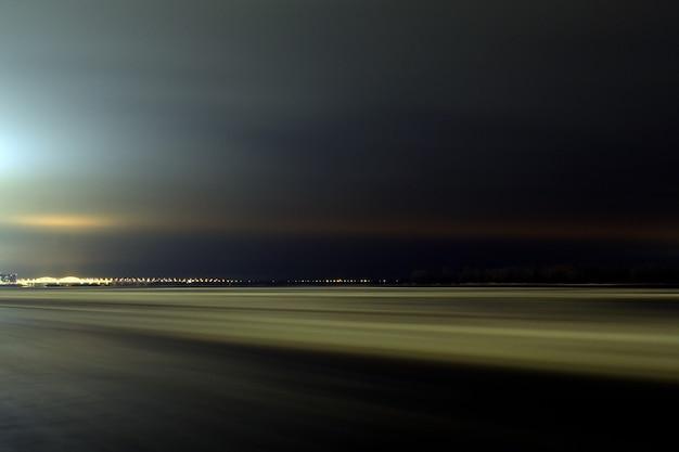 夜の色とりどりの川のヴォルガ
