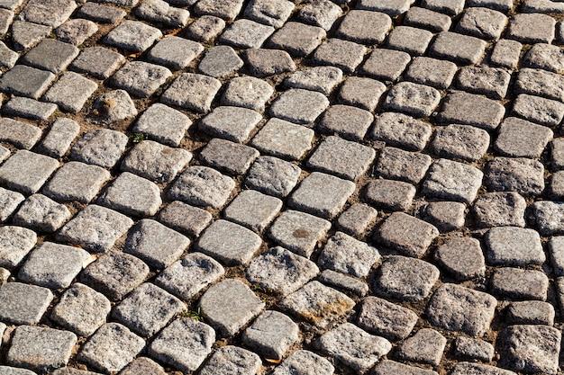 교통과 사람들을 위해 돌과 자갈로 만든 다색 도로, 옛날 양식