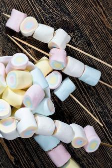 설탕으로 만든 여러 가지 색의 달콤하고 부드러운 마시멜로. 젤라틴