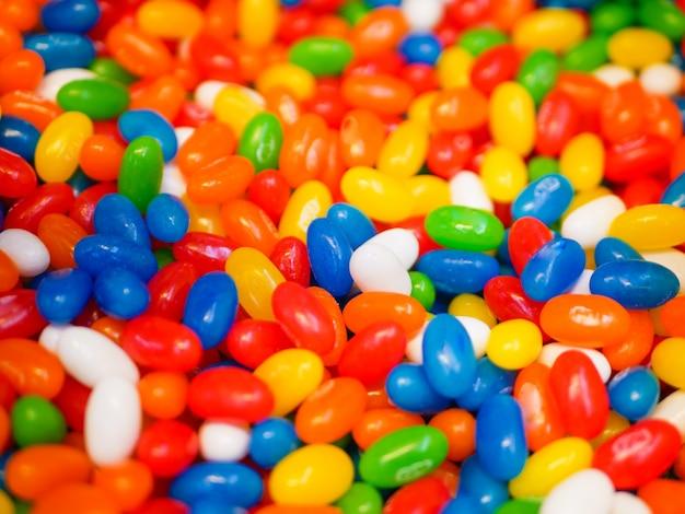 マルチカラーのお菓子。閉じる。子供のお菓子。幼年期の虫歯の原因。
