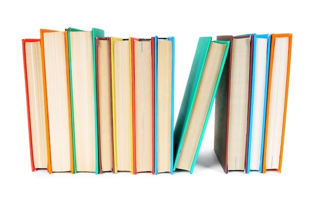 다색 책. 흰색 테이블에.