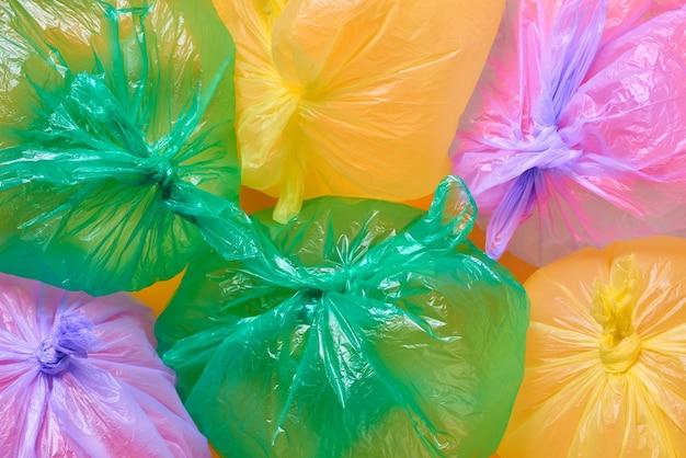 Разноцветные пластиковые мешки для мусора с воздухом