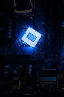 Установка многоядерного процессора на материнскую плату компьютера. сборка или апгрейд пк на современном чипсете. электронная концепция с процессором, слабое освещение