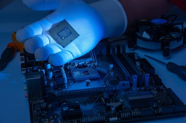 Установка многоядерного процессора на материнскую плату компьютера