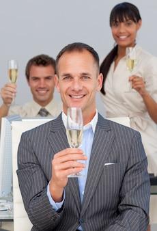 シャンペンでトーストしている多民族のビジネス同僚