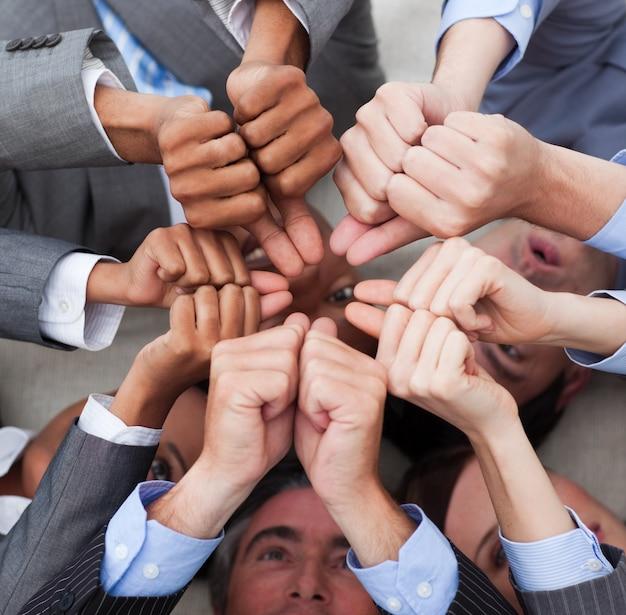 親指を持つ多民族のビジネス人々