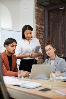 Многонациональная бизнес-команда на работе