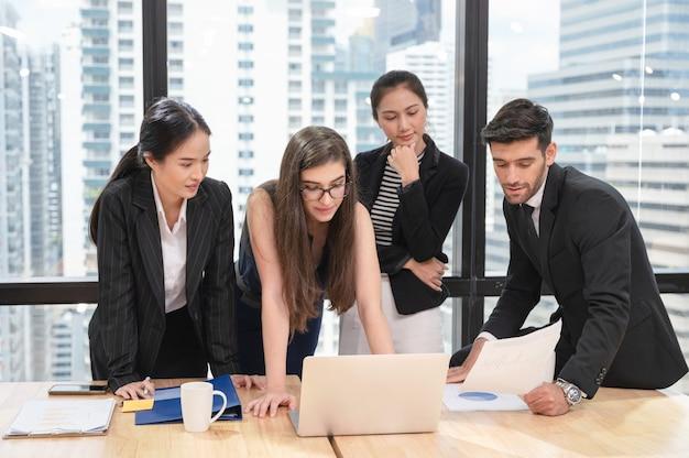 事業計画について話し合い、ブレインストーミングを行う多民族ビジネスチーム