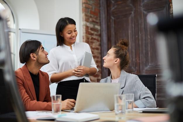 Многонациональная бизнес-команда в офисе