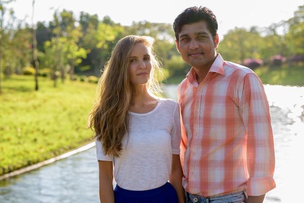美しい景色と恋に多民族のカップル