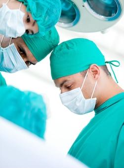 患者に取り組む多民族のマディカルチーム