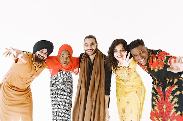 伝統的な衣装を着た多民族の人々。多様性と文化。団結と友情。