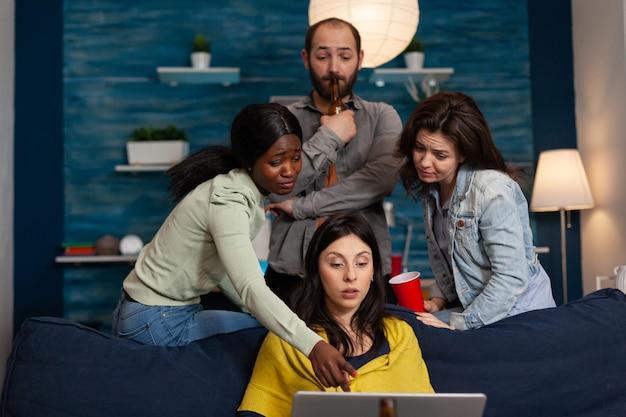Persone multietniche che socializzano bevendo alcol parlando con un amico in videochiamata. gruppo di persone multirazziali in teleconferenza, videochat party sul laptop durante l'intrattenimento notturno