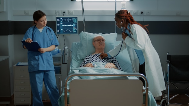 多民族の職員が病棟で患者を治療します