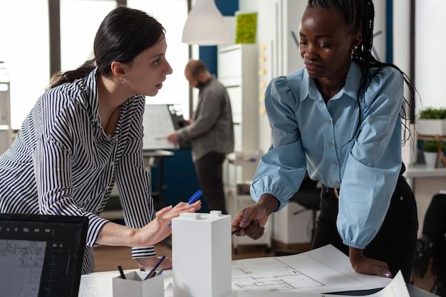 プロジェクトを計画している女性建築家の多民族チーム
