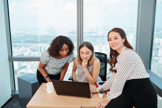 Многонациональная бизнес-команда, работающая над проектом