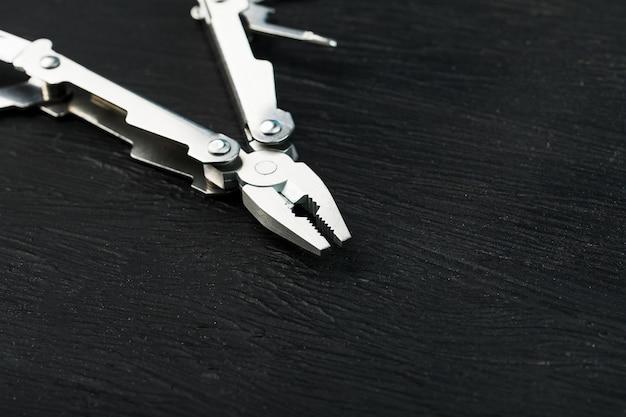 검은 조직 상 배경에 다기능 도구입니다.