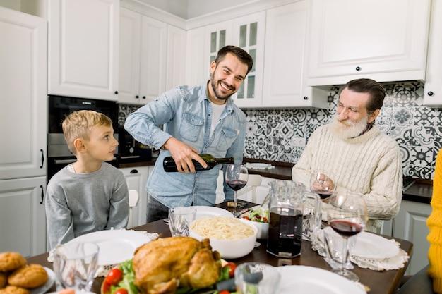 感謝祭を祝う多世代家族