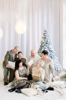 크리스마스 선물을 교환하는 겨울 휴가를 축하하는 다세대 가족