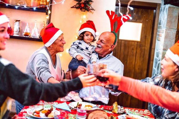 クリスマスの夕食会で楽しんでいる多世代家族