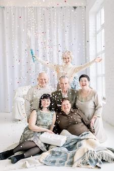다세대 가족, 색종이와 재미, 크리스마스 트리 앞에 앉아