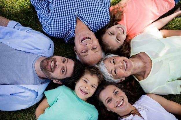 円の公園で横になっている多世代家族