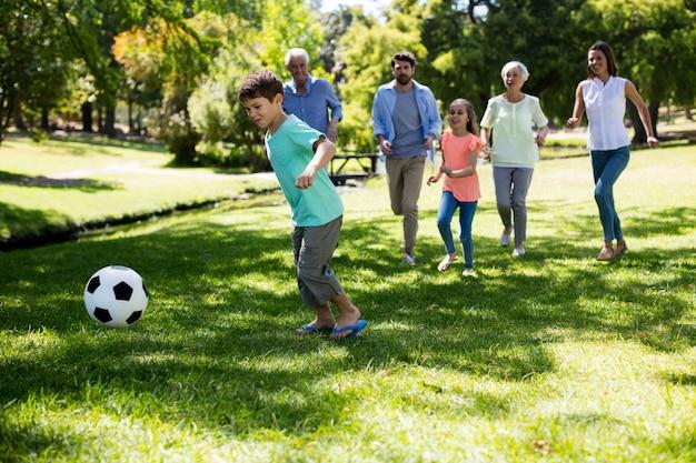 多世代家族の公園でサッカー
