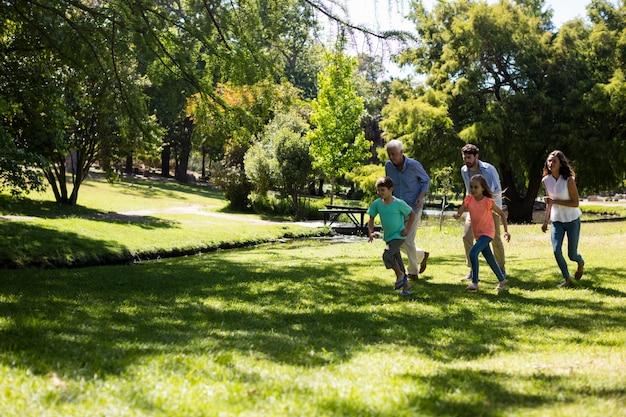 公園で走っている多世代家族