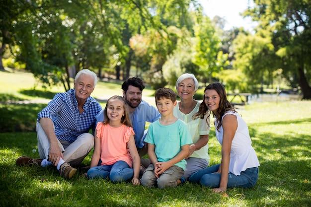 公園に座っている多世代家族