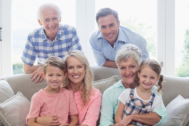 リビングルームのソファーに座っている多世代家族