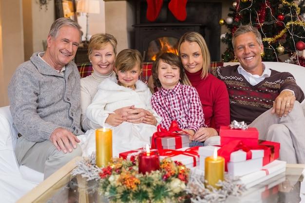 크리스마스 동안 카메라에 웃 고 다 세대 가족