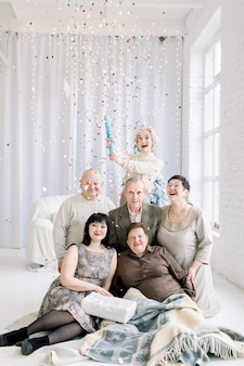 다세대 가족, 빛의 홀에서 함께 시간을 보내고, 색종이로 즐거운 시간 보내기